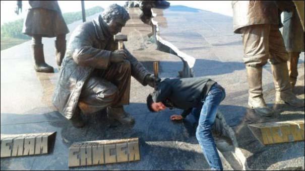 Ποζάροντας με αγάλματα (6)