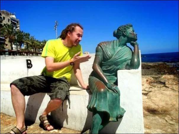 Ποζάροντας με αγάλματα (7)