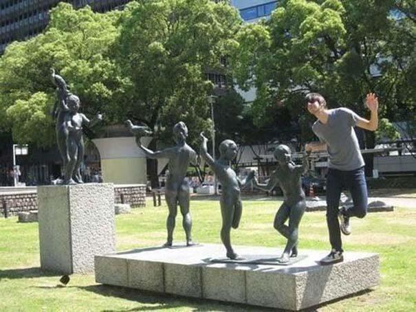 Ποζάροντας με αγάλματα (17)