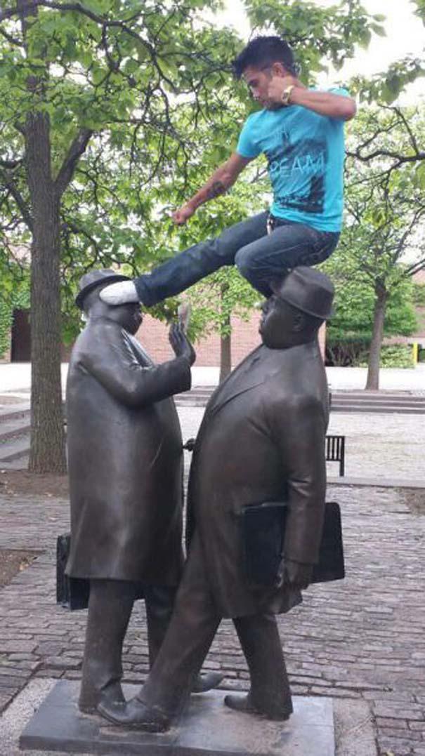Ποζάροντας με αγάλματα (18)