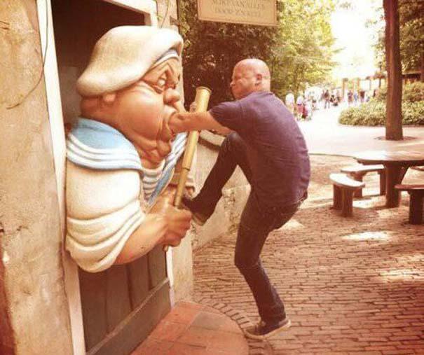 Ποζάροντας με αγάλματα (19)