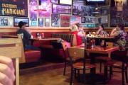 Σερβιτόρος γίνεται... αστραπή όταν καθαρίζει τα τραπέζια