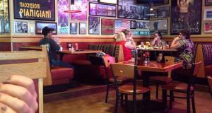 Σερβιτόρος γίνεται… αστραπή όταν καθαρίζει τα τραπέζια (Videos)