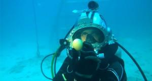 Τι θα συμβεί αν σπάσεις ένα αβγό μέσα στη θάλασσα; (Video)