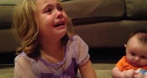 Η αντίδραση ενός κοριτσιού που δεν θέλει να μεγαλώσει ο μικρός αδερφός της (Video)