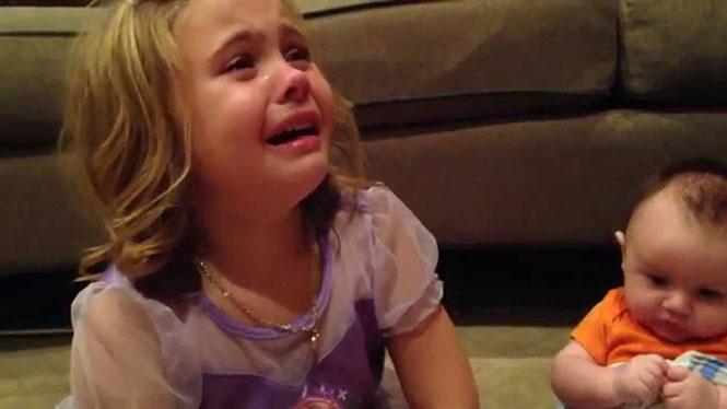 Η αντίδραση ενός κοριτσιού που δεν θέλει να μεγαλώσει ο μικρός αδερφός της
