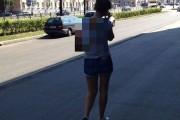 Αυτή η κοπέλα βγήκε μια ασυνήθιστη βόλτα με το κατοικίδιο της (1)