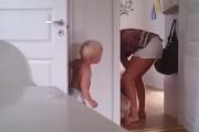 Δίδυμοι μπελάδες δεν πάνε με τίποτα για ύπνο τρελαίνοντας τη νεαρή μητέρα τους