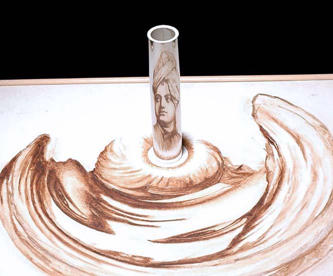 Έργα τέχνης που είναι ορατά μόνο με τη βοήθεια ενός κυλινδρικού καθρέπτη (8)