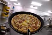 Μια μέρα με το εργαλείο που βγάζει τις πίτσες από τον φούρνο