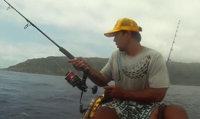 Κι ενώ ψαρεύεις αμέριμνος με το καγιάκ σου...