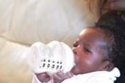 Νεογέννητο που ταΐζεται μόνο του