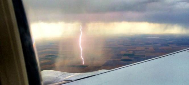 Επιβάτης αεροπλάνου απαθανάτισε κεραυνό τη στιγμή που άγγιξε το έδαφος | Φωτογραφία της ημέρας