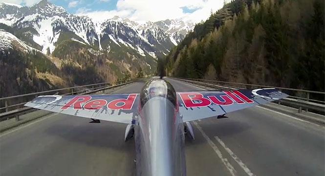 Πιλότος πραγματοποιεί απογείωση από αυτοκινητόδρομο στις Άλπεις
