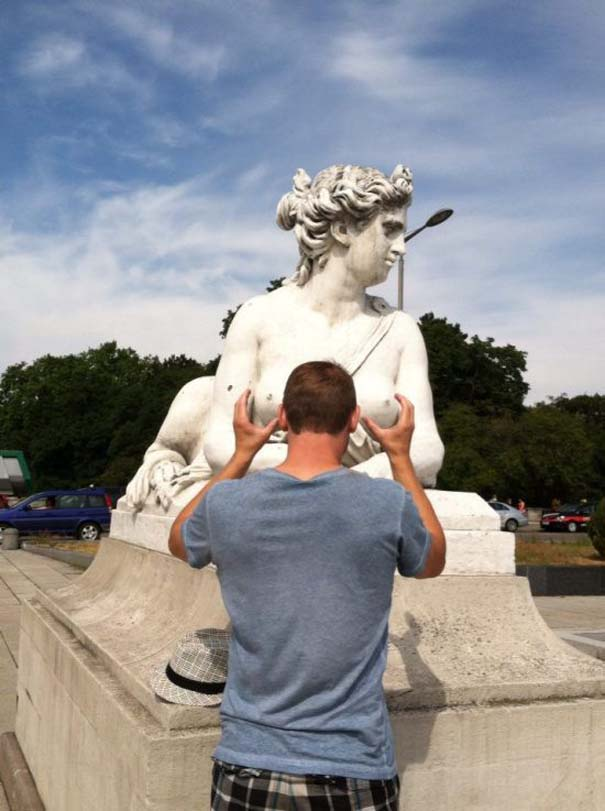 Ποζάροντας με αγάλματα (9)