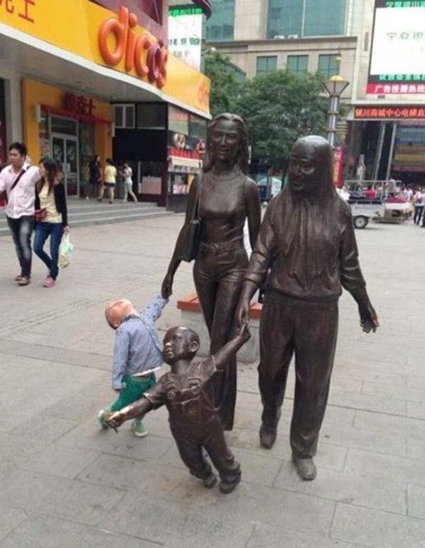 Ποζάροντας με αγάλματα (3)