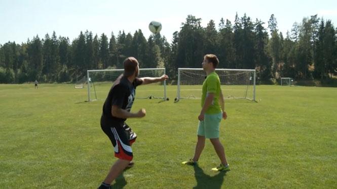 Πυγμάχος βαρέων βαρών δοκιμάζει γροθιά σε μπάλα ποδοσφαίρου