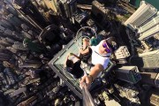 Selfie που παγώνει το αίμα από την κορυφή ενός ουρανοξύστη στο Hong Kong
