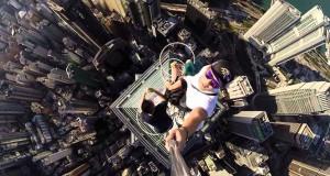 Selfie που παγώνει το αίμα από την κορυφή ενός ουρανοξύστη στο Hong Kong (Video)