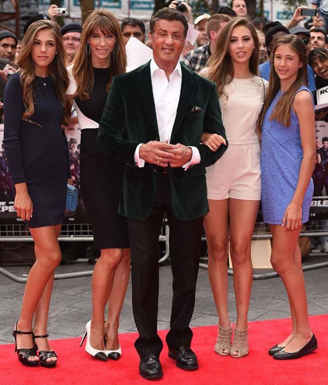 Ο Sylvester Stallone ποζάρει με την οικογένεια του (2)