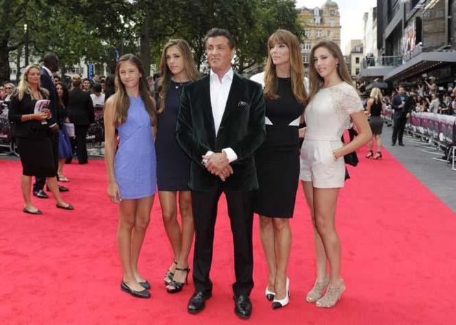 Ο Sylvester Stallone ποζάρει με την οικογένεια του (3)