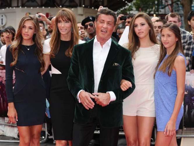 Ο Sylvester Stallone ποζάρει με την οικογένεια του (4)