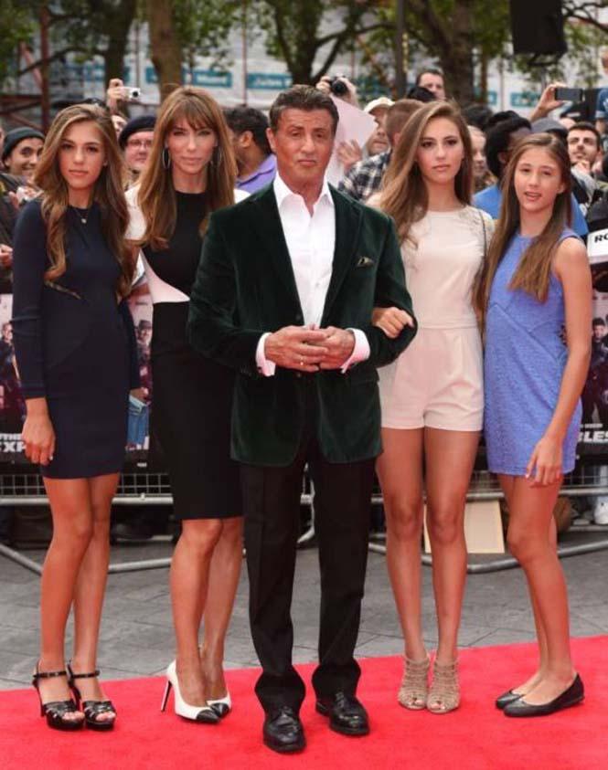 Ο Sylvester Stallone ποζάρει με την οικογένεια του (6)