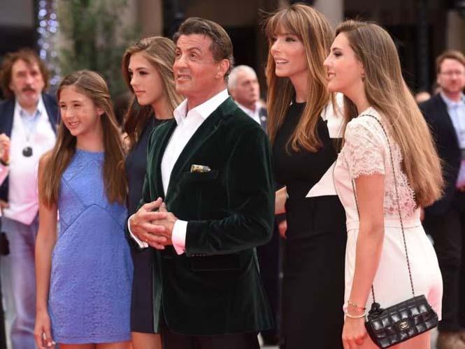 Ο Sylvester Stallone ποζάρει με την οικογένεια του (7)