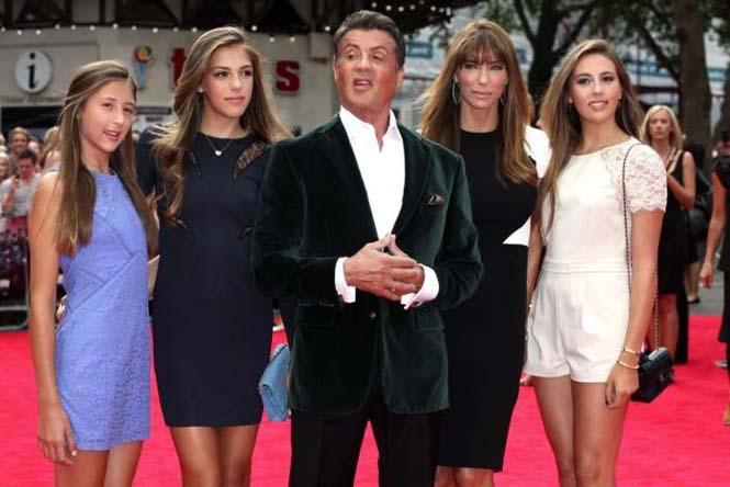 Ο Sylvester Stallone ποζάρει με την οικογένεια του (8)