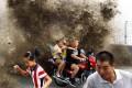 Τεράστιο παλιρροιακό κύμα έπιασε απροετοίμαστους δεκάδες θεατές στην Κίνα