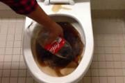 Δείτε τι κάνει η Coca Cola σε μια βρώμικη τουαλέτα