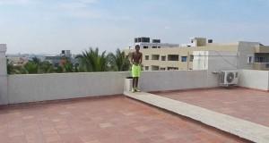 Βουτιά σε πισίνα από την ταράτσα 5όροφου κτηρίου (Video)