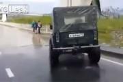 Υπεραισιόδοξος οδηγός τζιπ επιχειρεί να περάσει πλημμυρισμένο δρόμο