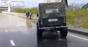 Υπεραισιόδοξος οδηγός τζιπ επιχειρεί να περάσει πλημμυρισμένο δρόμο (Video)