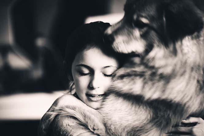 Υπέροχες φωτογραφίες σκύλων που αγκαλιάζουν τον άνθρωπο τους (9)