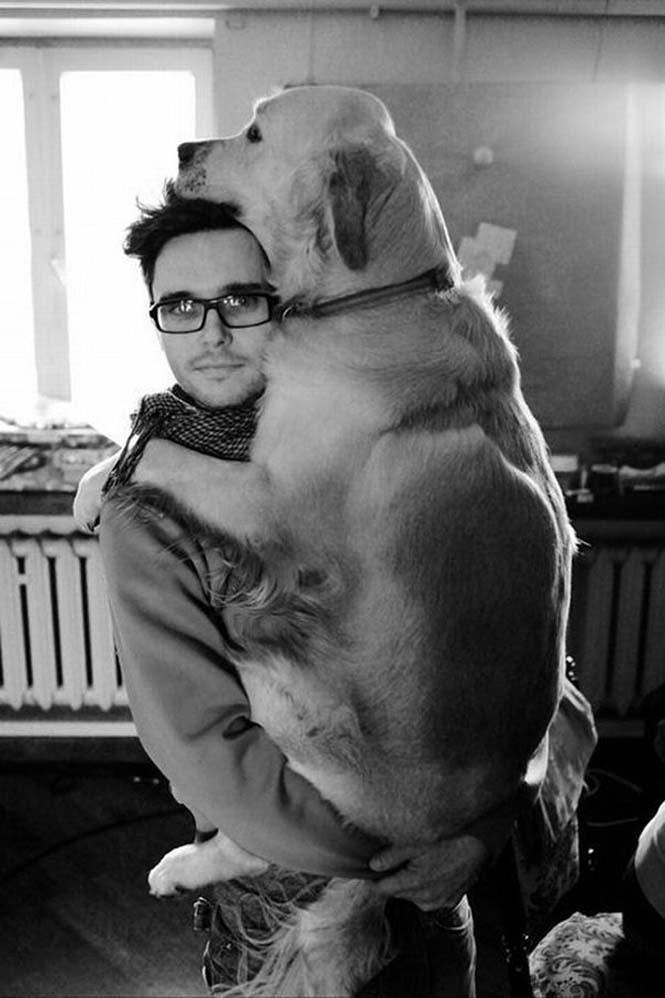 Υπέροχες φωτογραφίες σκύλων που αγκαλιάζουν τον άνθρωπο τους (21)