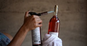 10 ασυνήθιστοι τρόποι για να ανοίξεις ένα μπουκάλι κρασί (Video)