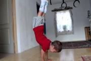 5χρονος κάνει push-ups 90 μοιρών