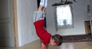 5χρονος κάνει push-ups 90 μοιρών! (Video)
