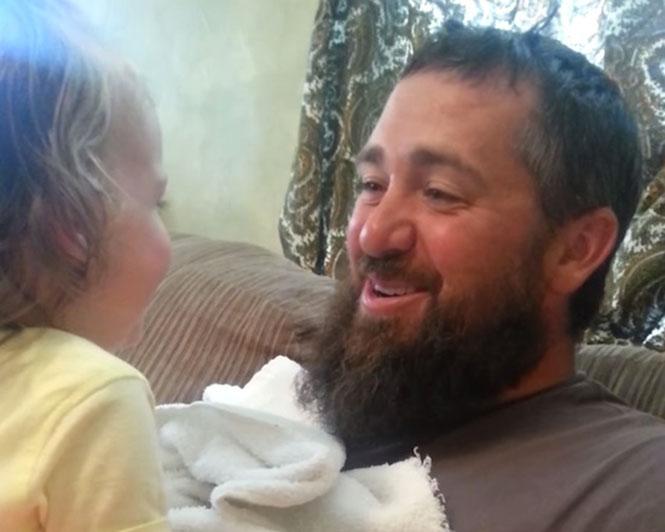 Αντίδραση ενός κοριτσιού όταν ο μπαμπάς της ξύρισε το μούσι του