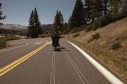 Εκπληκτική κατάβαση βουνού με skateboard
