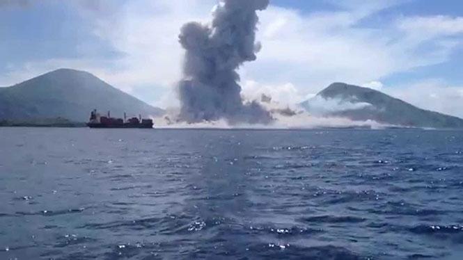 Η στιγμή της έκρηξης ηφαιστείου στην Παπούα Νέα Γουινέα