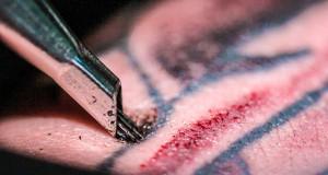 Μια εντυπωσιακή κοντινή ματιά στο πως ακριβώς γίνονται τα τατουάζ (Video)
