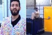 Μεθυσμένος βουτάει σε Coca Cola φορώντας στολή από Mentos