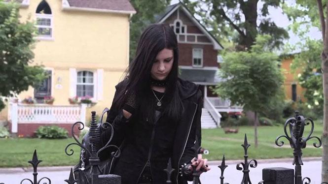 Πατέρας κάνει την Goth κόρη του να νιώσει σαν στο σπίτι της