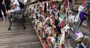 Τα περίεργα αντικείμενα που αφήνουν οι άνθρωποι στην Γέφυρα του Μπρούκλιν