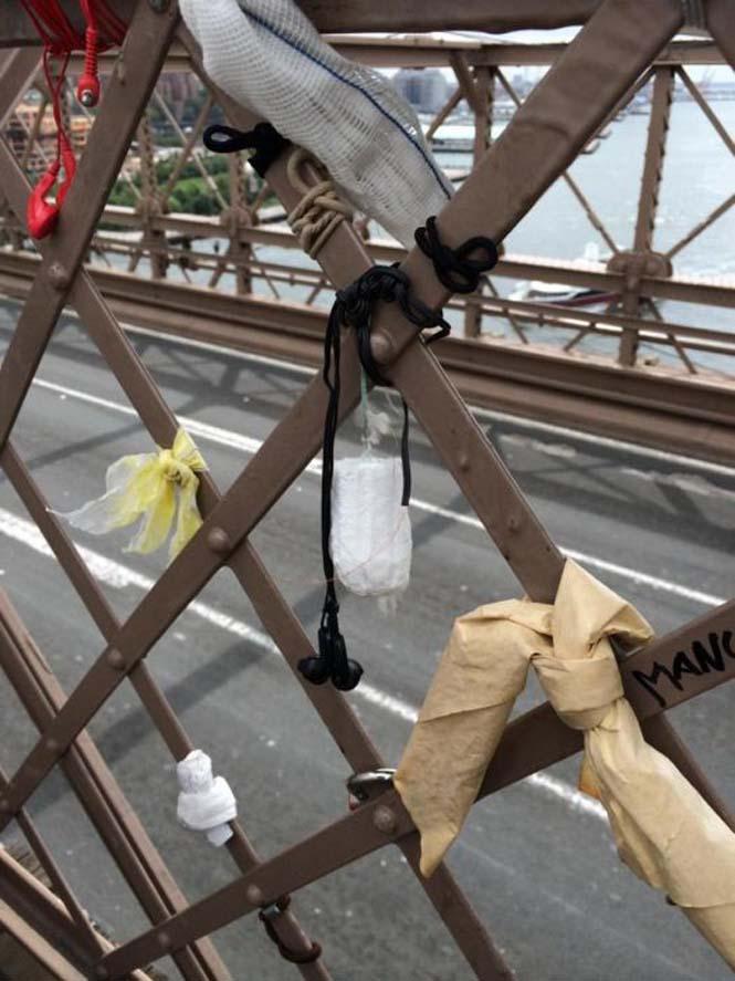 Τα περίεργα αντικείμενα που αφήνουν οι άνθρωποι στην Γέφυρα του Μπρούκλιν (2)