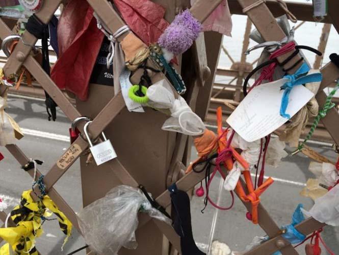 Τα περίεργα αντικείμενα που αφήνουν οι άνθρωποι στην Γέφυρα του Μπρούκλιν (3)