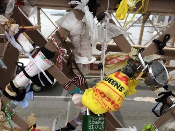 Τα περίεργα αντικείμενα που αφήνουν οι άνθρωποι στην Γέφυρα του Μπρούκλιν (5)