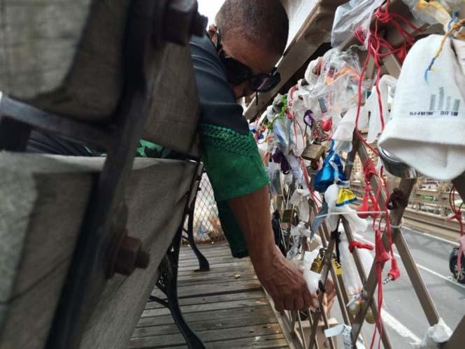 Τα περίεργα αντικείμενα που αφήνουν οι άνθρωποι στην Γέφυρα του Μπρούκλιν (7)